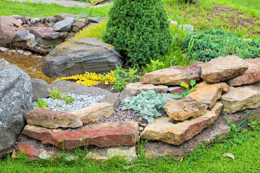 Látványos kő kupac a kertben – A sziklakert