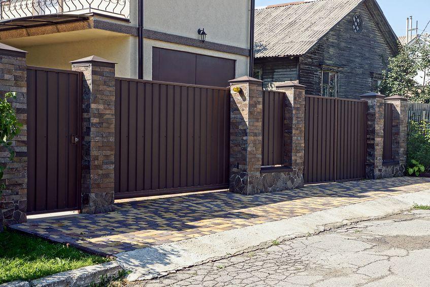 tömör kerítés tégla alappal és oszlopokkal