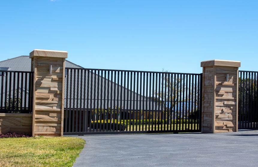 modern fém kerítés